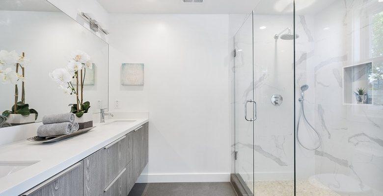 Des appliques pour illuminer la salle de bains