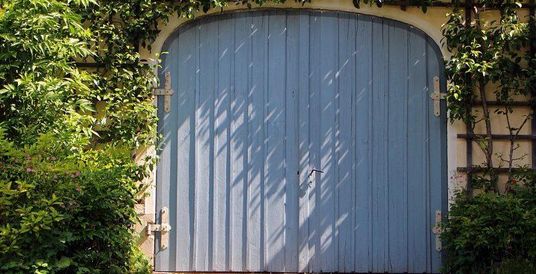 Porte de garage électrique ou manuelle, laquelle choisir ?